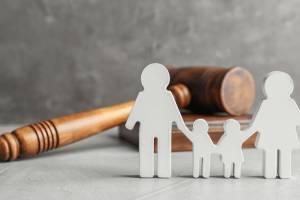 Familie vor einem Richterhammer