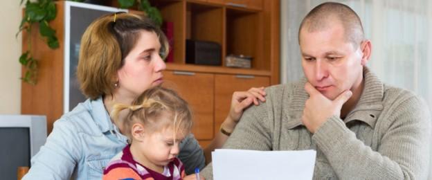 Eltern und Kind lesen ein Dokument