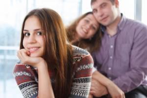 Teenager sitzt vor ihren Eltern