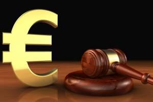 Richterhammer vor einem Euro-Zeichen