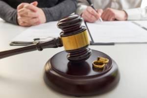 Eine Frau und ein Mann im Scheidungsprozess