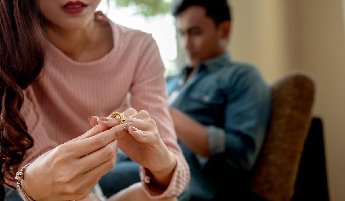 Ehefrau nimmt ihren Ehering ab