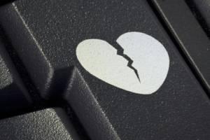 Ein gebrochenes Herz auf einer Computer Tastatur