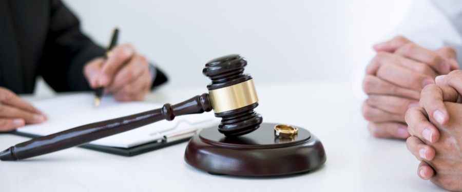 Geschiedene erhalten den Scheidungsbeschluss