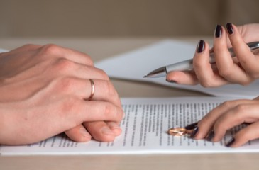 Ehepaar unterzeichnet Scheidungspapiere