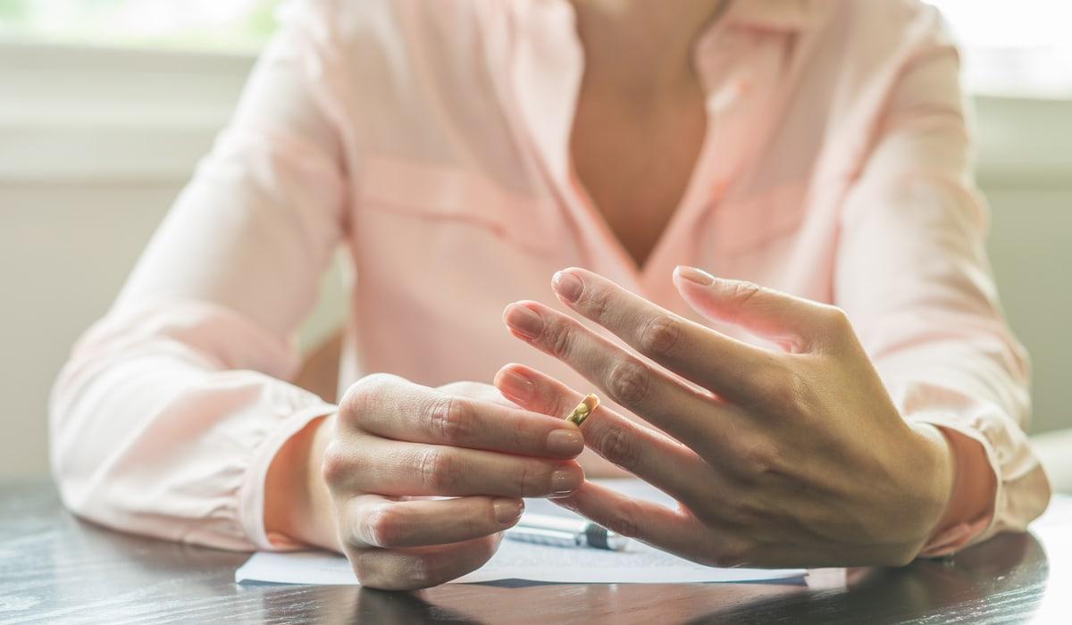 Frau nimmt bei Scheidungstermin ihren Ehering ab