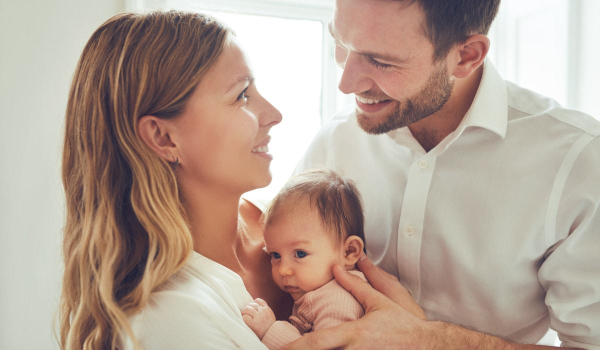 Eltern halten ihr Baby