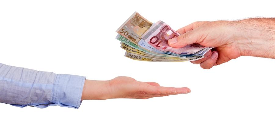 Mann gibt einer Frau Geld