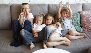 Kinder auf Sofa