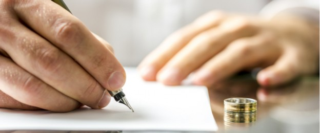 Mann unterschreibt Scheidungspapiere
