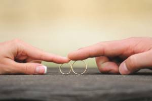 Ehepaar zeigt Eheringe vor